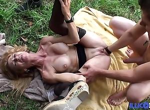 Bonne cougar festival et bien adult baisée dans un champ [full video]