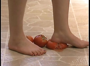 Hinge fetish - down in the mouth feet ousting tomatoes